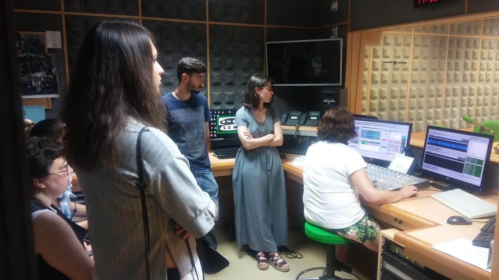 Los alumnos de la Escuela de Audiovisuales de MasterD Coruña visitan las instalaciones de Onda Cero