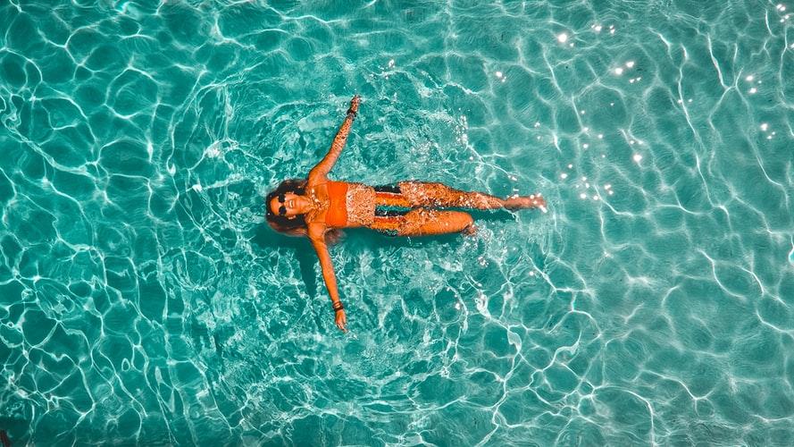 mulher deitada na piscina
