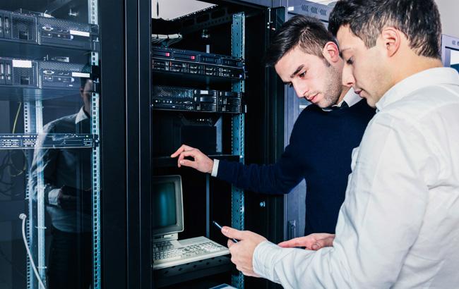 Informáticos a trabalhar num servidor
