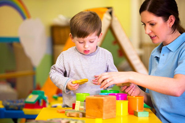 Auxiliar a brincar com uma criança