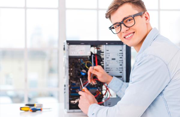 Técnico de helpdesk a arranjar um computador