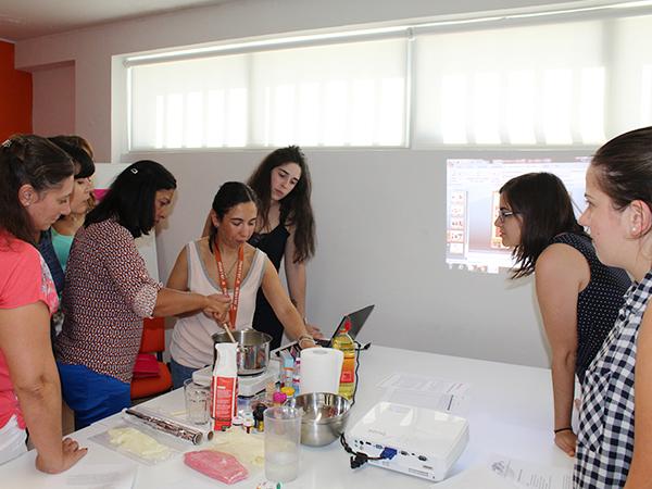 Workshop de plasticina caseira para o Curso de Auxiliar de Educação Infantil e Babysitting