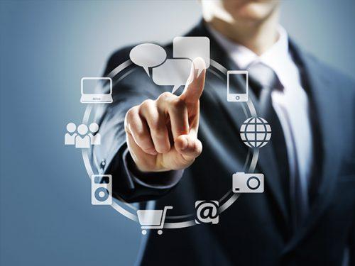 Pessoa a manipular ícones ligados ao sector digital