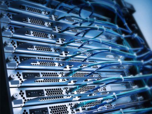 Detalhe de um servidor com cabos ligados