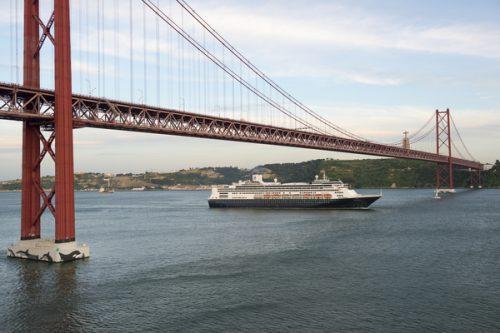 Cruzeiro a passar por baixo da ponte 25 de Abril, em Lisboa