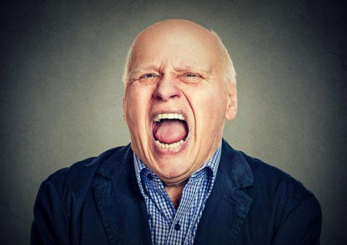 Retrato de um idoso a gritar