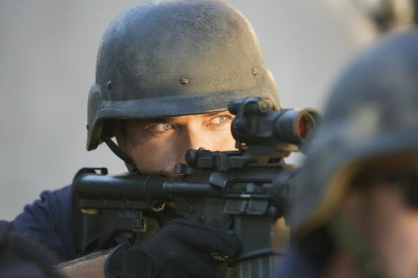 Polícia da Guarda Nacional Republicana a segurar numa arma
