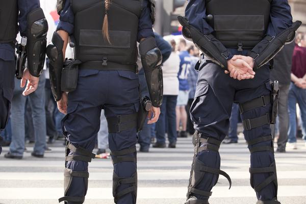 Dois polícias de costas