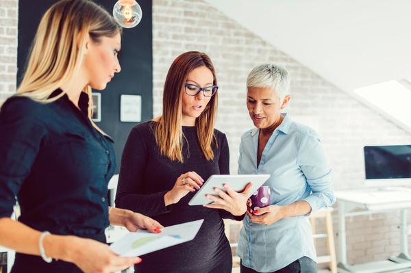 Três mulheres a debaterem ideias