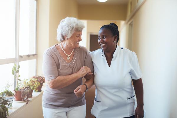 O acompanhamento ao idoso está a tornar-se cada vez mais essencial para prevenir a perda de capacidades cognitivas e físicas