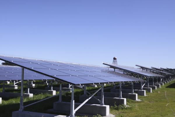 O governo aprovou 14 centrais solares fotovoltaicos com o objectivo de cumprir metas delineadas pela União Europeia