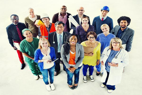 Grupo de pessoas com diversas profissões