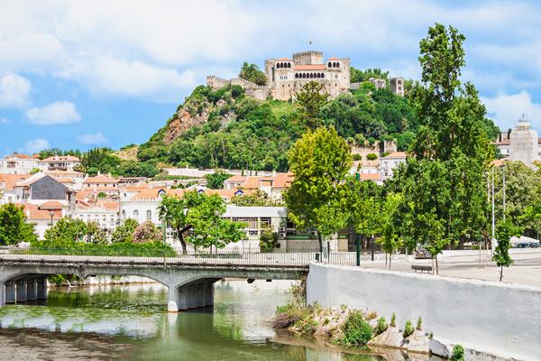 Castelo de Leiria, visto a partir do rio que passa na cidade