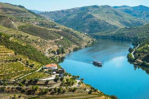 Barco cruza o Rio Douro