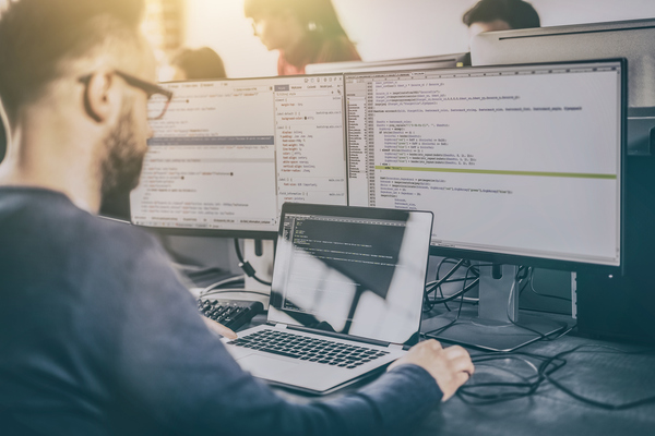 Programador a trabalhar num sistema operativo