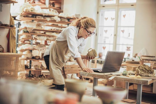 Comerciante a pôr o seu negócio online