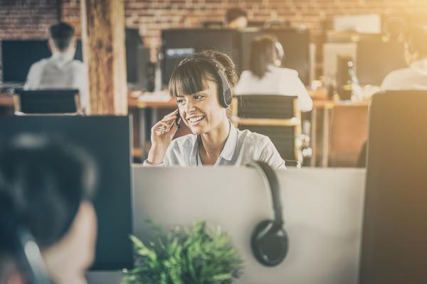 Profissional da área informática helpdesk a trabalhar no escritório