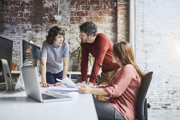 Profissionais de Tecnologia da informação reunidos num escritório