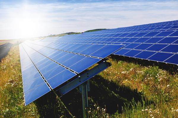 Extensão de painéis solares no campo