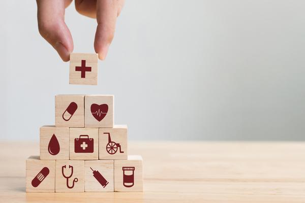blocos de madeira com símbolos ligados à saúde