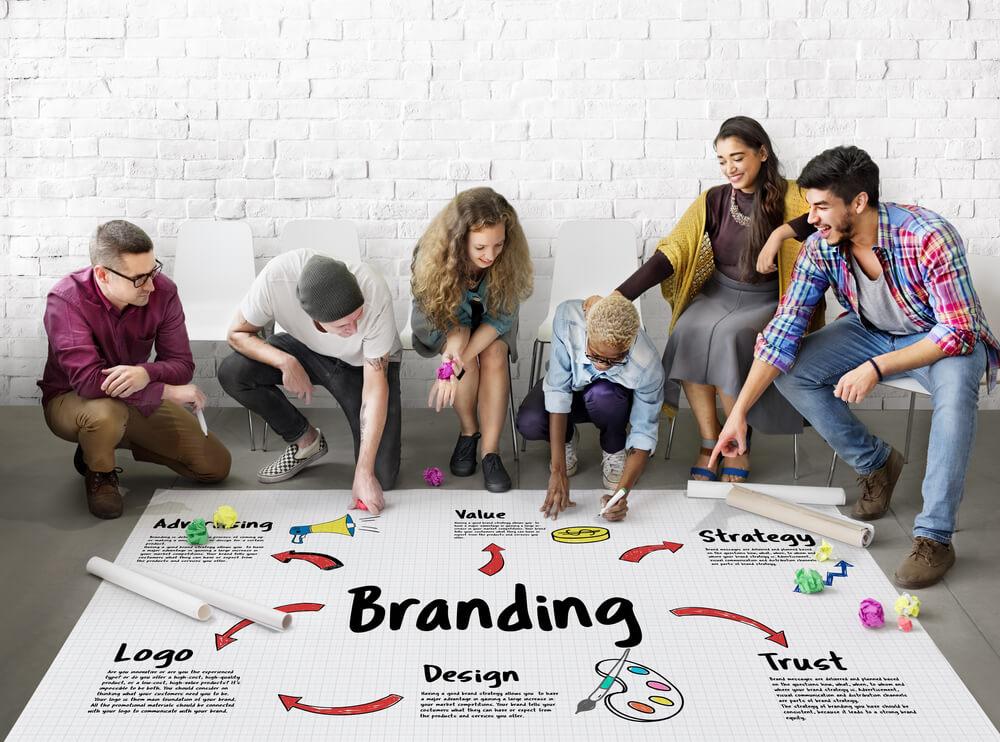 Equipa de Gestão de Marcas e Publicidade a trabalhar