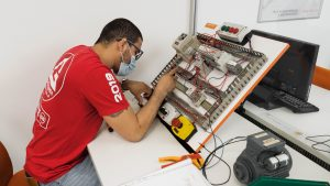 Formando em laboratório automacao
