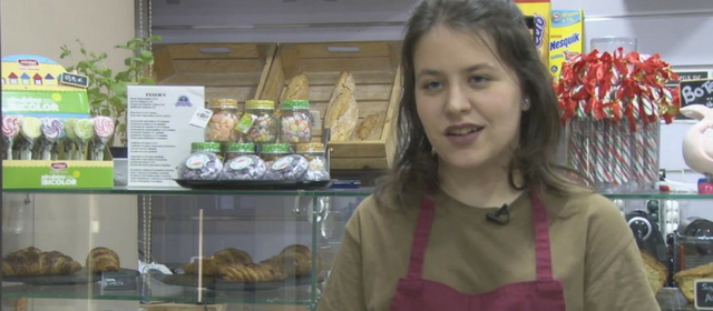 Cristina consigue trabajo de pastelera